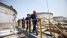 Китайские инспекторы на объекте Китайской национальной нефтегазовой корпорации
