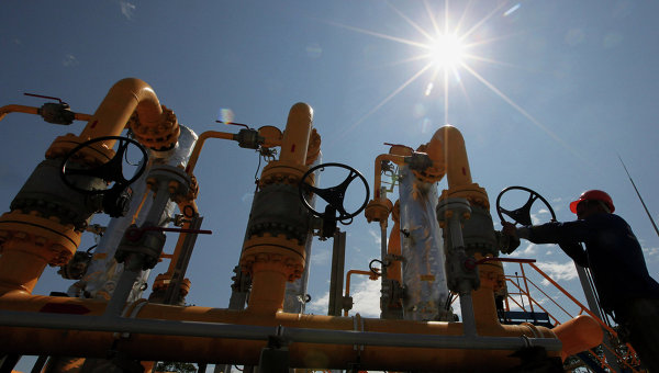 Рабочий у блока сепарационных установок на газораспределительной станции