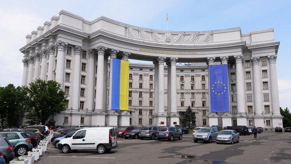 Здание МИД Украины с национальным флагом Украины и флагом Евросоюза на фасаде. Архивное фото.
