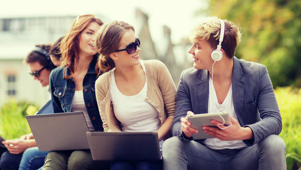 Молодые люди с компьютерами в руках