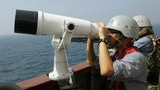 Офицер ВМФ Южной Кореи наблюдает в бинокль. Архивное фото
