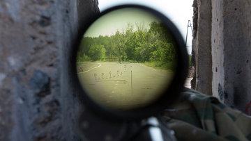 Вид сквозь снайперскую винтовку с блокпоста на дороге между Харьковом и Славянском, архивное фото