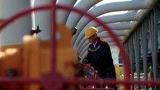 Рабочий на газохранилище возле Львова. Архивное фото