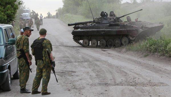 Бойцы народного ополчения на окраине Лисичанска