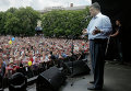 Кандидат в президенты Украины Петр Порошенко выступает перед своими сторонниками во время митинга в Умани