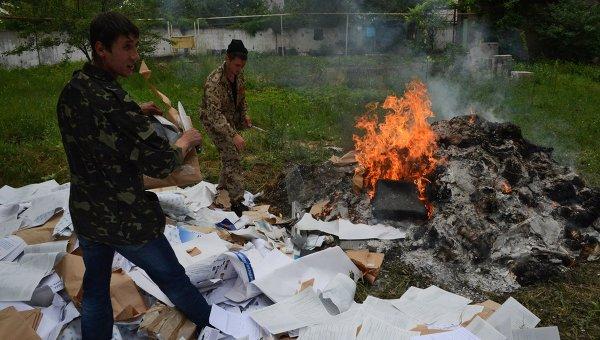 Бойцы народного ополчения Донбасса готовят к сжиганию бюллетени, протоколы и агитационные материалы в день выборов президента Украины