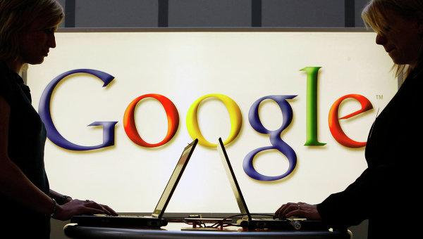 Девушки с ноутбуками на фоне логотипа Google. Архивное фото