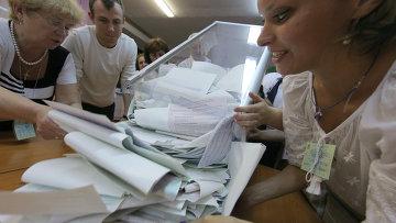 Подсчет голосов на выборах на Украине, архивное фото