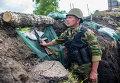 Бойцы ополчения в окопе после окончания артобстрелав в поселке Семеновка недалеко от Славянска