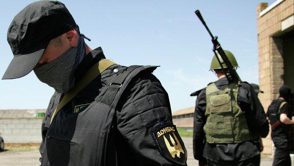 Вооруженные члены батальона Донбасс недалеко от Донецка. Архивное фото.