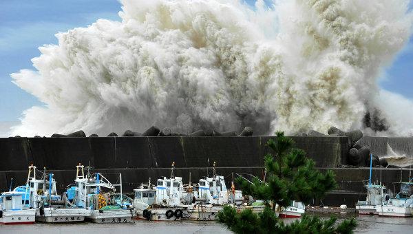 Бушующие волны, Япония. Архивное фото
