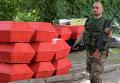 Отправка к местам захоронения тел ополченцев ДНР и местных жителей, погибших в ходе штурма аэропорта Донецка войсками национальной гвардии 26 мая.