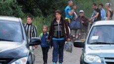 Местные жители эвакуируются из населенного пункта на окраине города Лисичанска, Луганская область