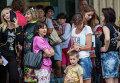 Родители с детьми во время посадки в автобусы в Славянске