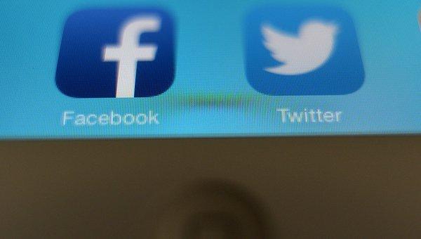 Иконки приложений Facebook и Twitter. Архивное фото