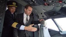 Медведев побывал в кабине пилота и проводил первый рейс Добролета