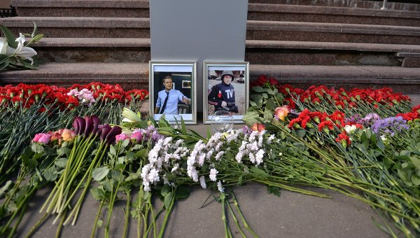 Цветы у здания ВГТРК в память о погибших журналистах. Архивное фото