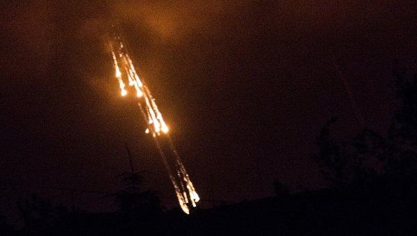 Украинские военные стреляют фосфорными зажигательными снарядами, архивное фото
