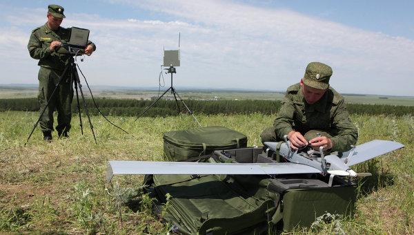 Военнослужащие занимаются подготовкой к запуску беспилотного летательного аппарата