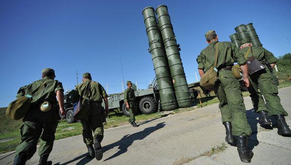 Зенитный ракетный полк возле пусковой установки комплекса С-400 Триумф. Архивное фото