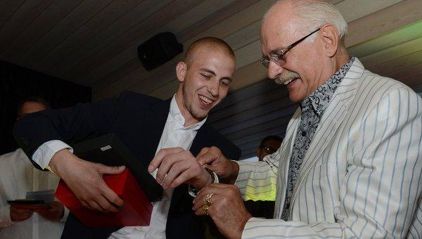Лауреат премии Аванс, актер Александр Паль (слева) и председатель союза кинематографистов России Никита Михалков