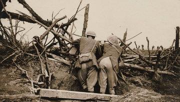 Британские офицеры наблюдают за артиллерийским огнем во время битвы на Сомме