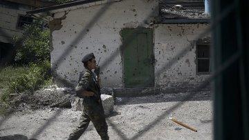 Боец ополчения на территории шахты Привольская в Луганской области. Архивное фото
