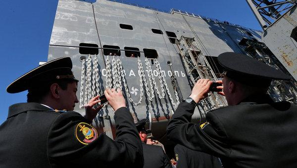 Моряки фотографируют строящийся корабль Севастополь типа Мистраль. Архивное фото