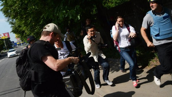 Журналисты недалеко от международного аэропорта Донецка
