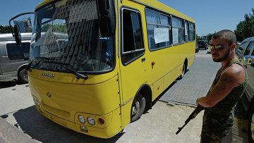 Автобус, в котором погиб оператор Первого канала Анатолий Клян, архивное фото
