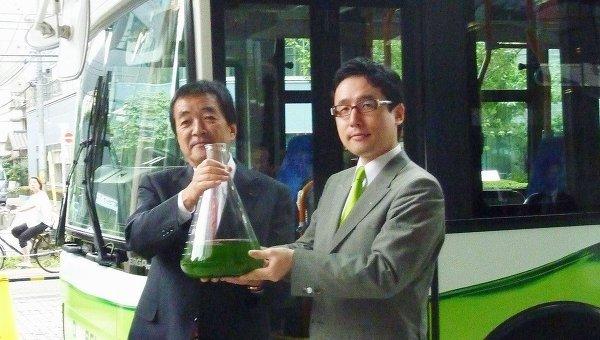 Президенты компаний Isuzu Motors и Euglena демонстрируют биотопливо с применением зеленых эвгленовых водорослей
