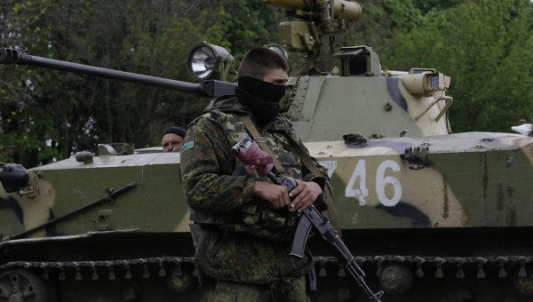 Украинские военные, находящиеся на дороге между Краматорском и Славянском