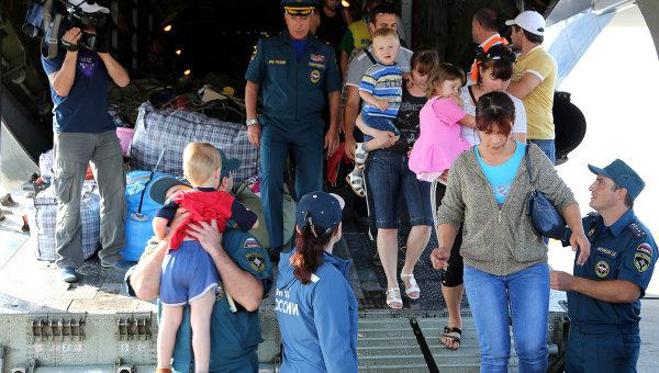 Украинские беженцы на борту самолета МЧС России. Архивное фото