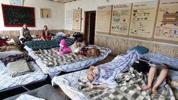 Беженцы из Славянска и Краматорска в палаточном городке МЧС в Симферополе