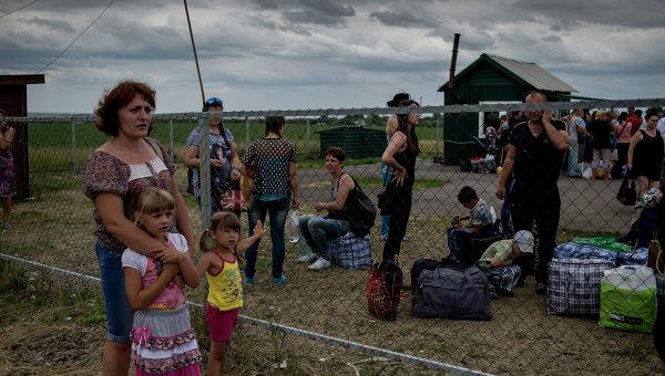 Беженцы на пограничном пункте пропуска Северный в Луганской области