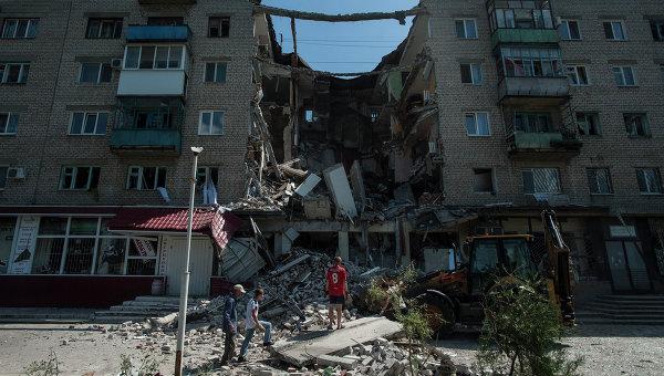 Разрушенный в результате артиллерийского обстрела дом в поселке Николаевка. Архивное фото