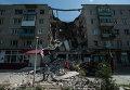 Разрушенный в результате артиллерийского обстрела дом в поселке Николаевка