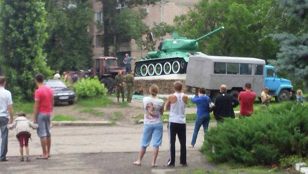 Снятие с постамента танка Т-34 времен Великой Отечественной войны в Антраците