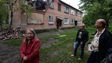Жители дома в поселке Малая Вергунка, разрушенного в результате авианалета украинской армии
