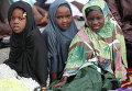 Девочки-мусульманки из Нигерии во время молитвы, город Лагос