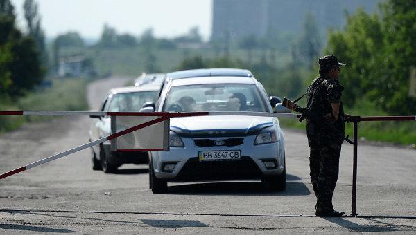 Автомобили на пропускном пункте на границе Украины с Россией. Архивное фото