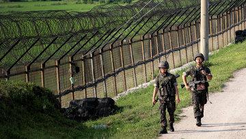 Южнокорейские военные несут службу возле границы с КНДР. Архивное фото