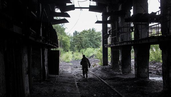 Боец ополчения на территории брошенной шахты Петровская в Донецке, которая была обстреляна украинскими ВВС. Архивное фото