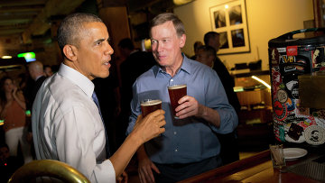 Президент США Барак Обама пьет пиво в баре Денвера