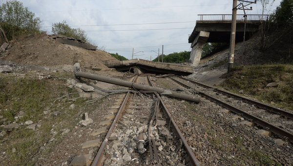 Взорванный автомобильный мост на дороге Горловка - Дзержинск в Донецкой области. Архивное фото