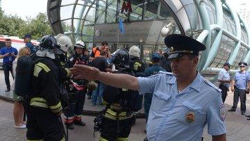 Сотрудники МЧС и правоохранительных органов у станции метро Славянский бульвар