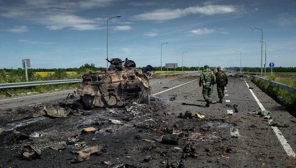 Бойцы ополчения у сожженной бронетехники украинской армии в поселке Роскошное. Архивное фото.