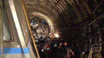 Сотрудники МЧС России работают на месте аварии в Московском метрополитене. Архивное фото