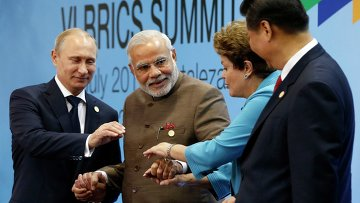 Президент России Владимир Путин, премьер-министр Индии Нарендра Моди, президент Бразилии Дилма Руссефф и президент Китая Си Цзиньпин на саммите БРИКС. Архивное фото
