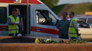 Люди приносят цветы к месту трагедии в московском метро